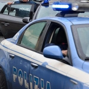"""Minacciano il vigilante del supermercato con una siringa: """"E' infetta"""". Arrestate due donne a Milano"""