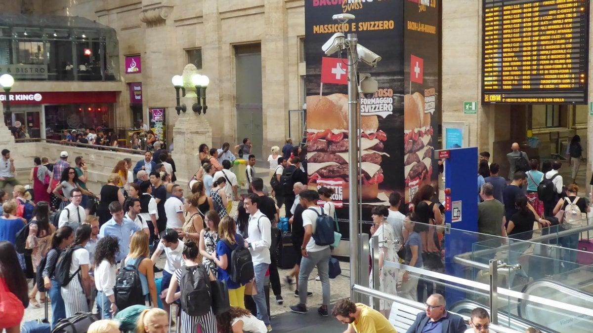 Treni, a Milano caos e ritardi fino a quattro ore in stazione Centrale per l'incendio doloso all'alta velocità