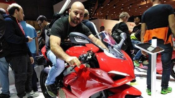 Milano, agente della Digos muore in incidente: la sua moto colpita da un'auto