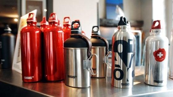 Milano, la lotta alla plastica inizia a scuola: il Comune regala borracce di alluminio a tutti gli studenti