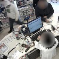 Presa banda di rapinatori seriali di sale slot e farmacie tra Milano e la Brianza: gli arresti grazie a una impronta