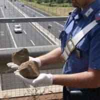 Pavia, lanciano sassi dal cavalcavia: due ragazzi denunciati. Nei giorni scorsi avevano colpito altre auto