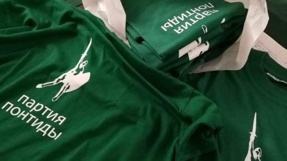 Festa della Lega a Pontida, magliette 'goliardiche' con la scritta in russo: ma la traduzione è sbagliata
