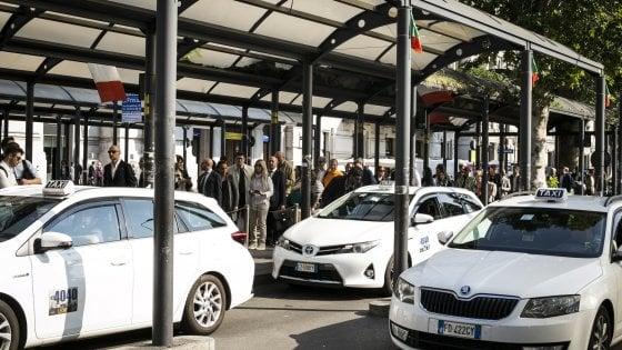 A Milano il Comune vuole 450 licenze in più per i taxi, i sindacati promettono battaglia