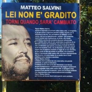 """Arcore, spunta un cartello anti-Salvini: """"Qui non è gradito, torni quando sarà cambiato"""""""