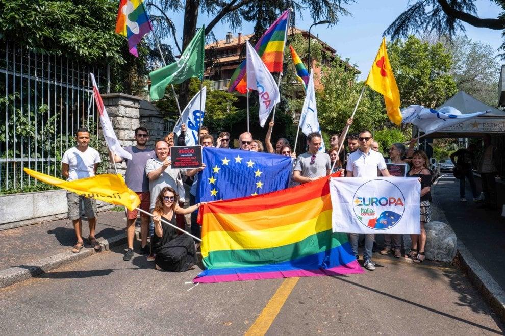 """Milano, sit-in dei Radicali davanti al Consolato russo: """"I nostri governanti ormai si ispirano a Putin"""""""
