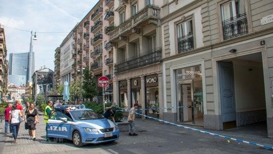 Milano, donna ferita con i cocci di una bottiglia: i passanti bloccano l'aggressore