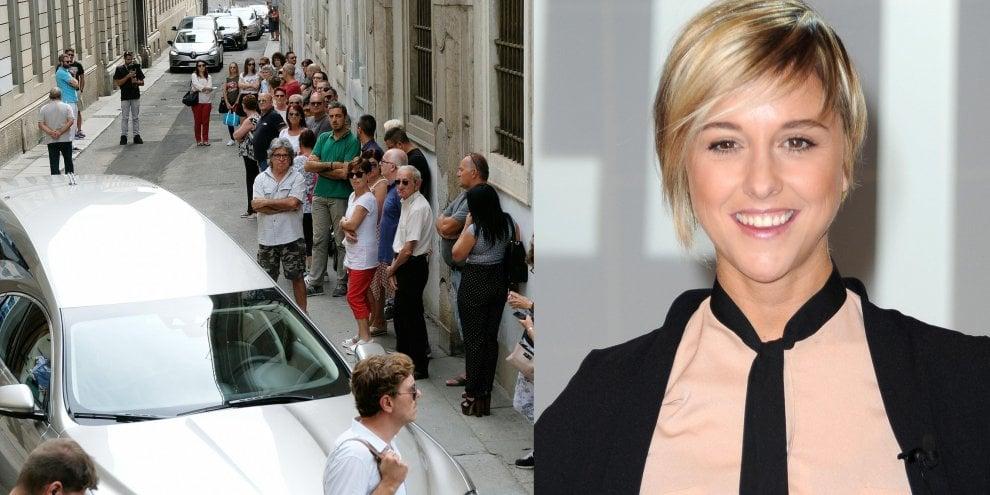 Nadia Toffa, la madre accompagna la bara bianca alla camera ardente: centinaia in fila per salutarla