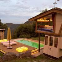 La cabina della funivia diventa una romantica camera da letto: l'albergo inaspettato con vista sulle Prealpi