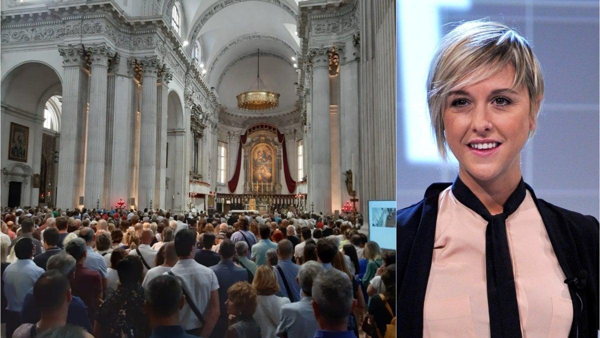 """Folla ai funerali di Nadia Toffa a Brescia, don Patriciello: """"Amata e ..."""