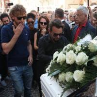 """La bara bianca di Nadia Toffa accarezzata dai colleghi: i funerali a Brescia della """"guerriera"""""""