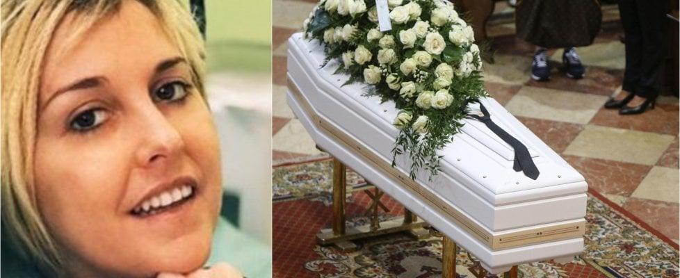 """Folla ai funerali di Nadia Toffa a Brescia, don Patriciello: """"Hai dato coraggio a tutti noi, eri dalla parte dei deboli"""""""