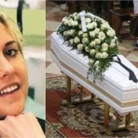 """Folla ai funerali di Nadia Toffa a Brescia, don Patriciello: """"Hai dato coraggio a tutti..."""