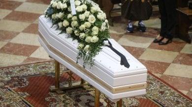"""Folla per i funerali di Nadia Toffa: """"Donna coraggio dalla parte dei deboli""""  ·    Foto"""