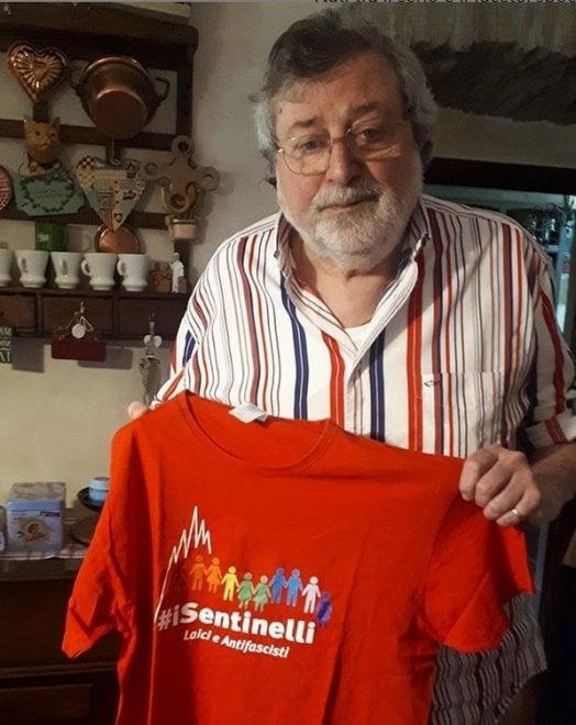 """Francesco Guccini """"sentinello"""" onorario: l'associazione gli porta la maglietta 'laica e antifascista'"""