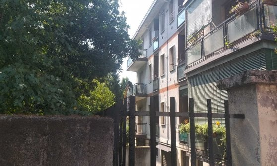 Milano, uomo impiccato al balcone e un altro corpo accoltellato in casa: probabile omicidio-suicidio a Baggio