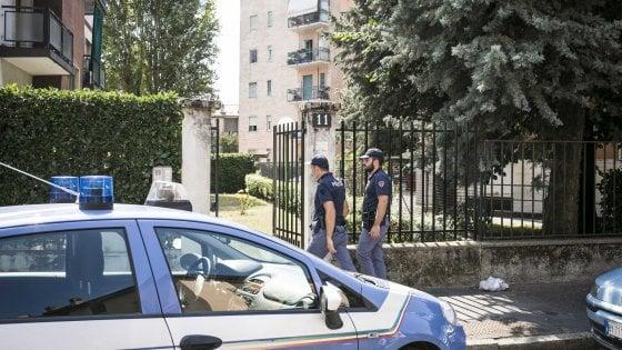 Milano, uomo impiccato al balcone e un altro corpo accoltellato in casa: omicidio-suicidio tra fratelli