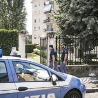 Milano, uomo impiccato al balcone e un altro corpo accoltellato in casa: omicidi...