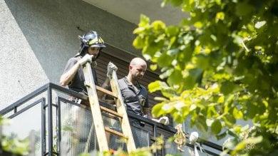 Un impiccato al balcone e un accoltellato in casa: omicidio-suicidio tra fratelli a Baggio