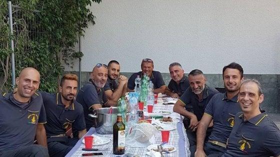 """Monza, incontra i vigili del fuoco al supermarket e offre loro il pranzo di Ferragosto: """"Grazie per il vostro impegno"""""""