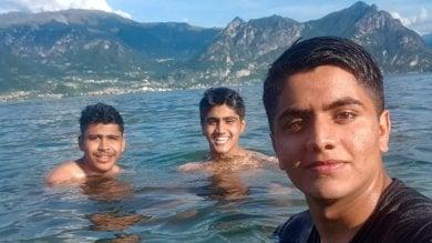 """Rep :   """"L'ultimo selfie insieme, poi ho visto i miei fratelli annegare abbracciati"""""""