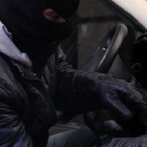 Milano, ruba nelle auto con la tecnica della portiera aperta: arrestata 24enne