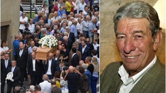 """Funerali di Gimondi a Paladina, il cartello fuori dalla chiesa: """"Ciao Felice, salutaci Pantani"""""""