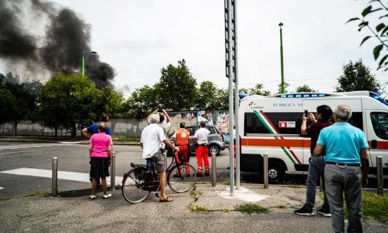 Milano, incendio nel deposito Atm di Precotto: la nube di fumo visibile a distanza