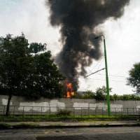 Milano, incendio nel deposito Atm di Precotto: la nube di fumo visibile
