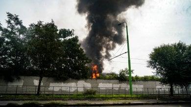 Incendio nel deposito Atm di Precotto: la nube di fumo visibile anche a distanza