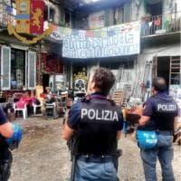Sgomberati gli squatter di via Cozzi: in due salgono sul tetto ma poi cedono