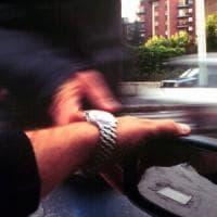 Milano, strappano un orologio da 70mila euro a turista libico e scappano