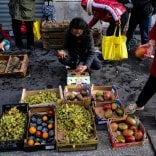 Alleanza tra negozi, scuole e volontari per salvare il cibo dalla spazzatura e darlo a chi ha bisogno