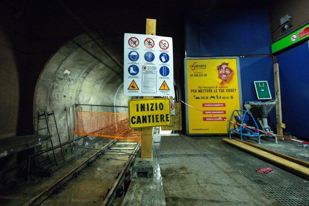 Milano, con i piedi nell'acqua per consolidare le gallerie: i lavori sotterranei della linea Verde del metrò