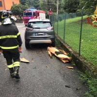 Fulmine colpisce un abete nel Varesotto, pezzi del tronco volano sulle auto e sui palazzi