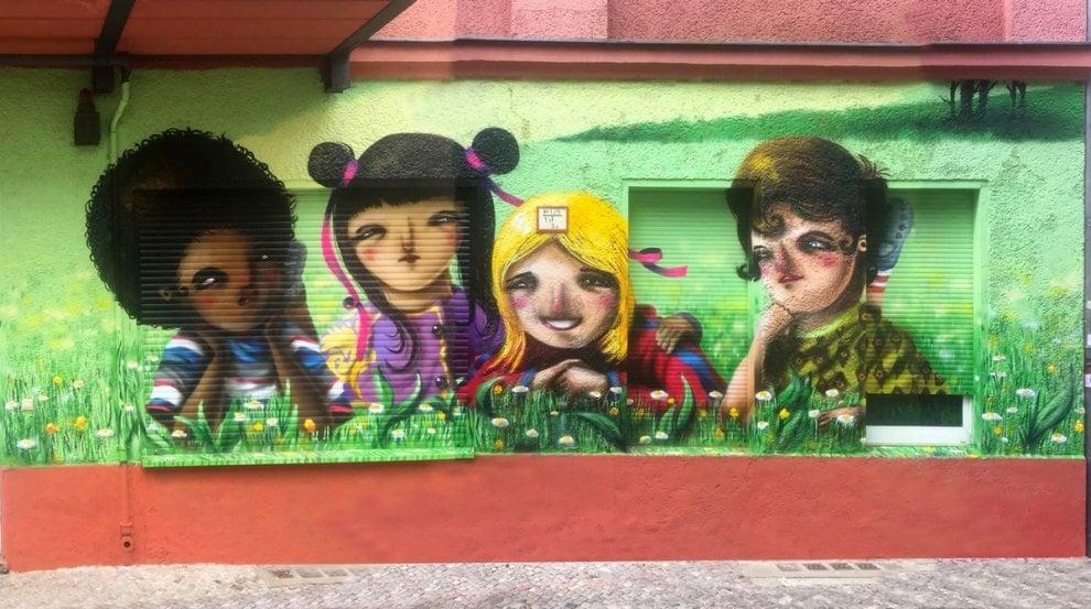 Da Milano a Berlino: il murale del writer Sonda che parla di integrazione