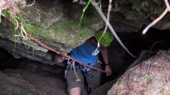 Sopravvive 17 giorni in una grotta a 50 metri di profondità: il cane Rocky salvato da due alpinisti