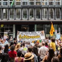 Incendi in Amazzonia, a Milano la protesta dei Fridays for future al consolato del Brasile