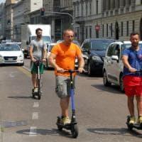 Monopattini elettrici a Milano, ancora un mese di stop: il Comune fissa
