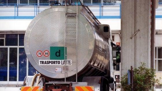 Cremona, camion del latte si ribalta per una gomma bucata: chiusa la Paullese