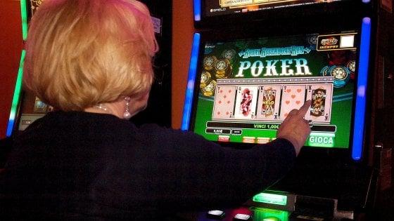 """""""Mi hanno clonato la carta"""". Ma si era giocata i soldi al videopoker: denunciata 59enne"""
