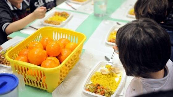 Nelle scuole di Milano la merenda per 20mila bambini è con la frutta: il progetto per l'alimentazione sana