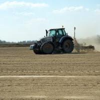 Incidente sul lavoro nel Cremonese: tubo del trattore esplode e uccide agricoltore