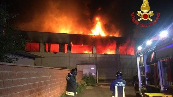Incendio nel Lodigiano: le fiamme divorano un capannone di rifiuti. Oltre 10 roghi in Lombardia nel 2019