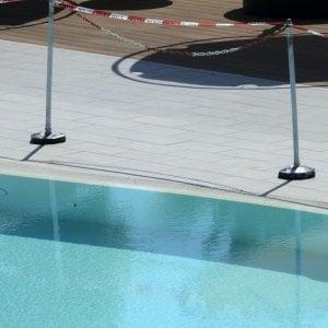 Pavia, versa l'acido per la pulizia nella vasca sbagliata della piscina: otto intossicati, denunciato un 64enne