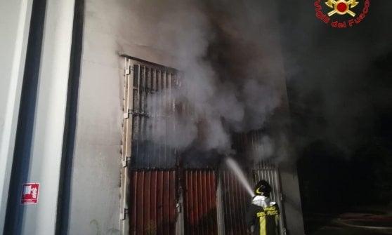 Incendio in un mobilificio nel Lodigiano: i vigili del fuoco al lavoro nella notte
