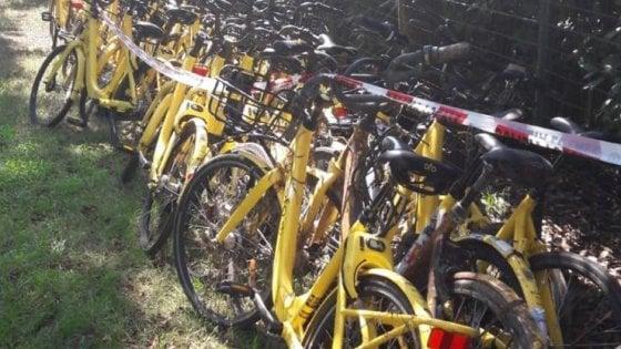 Milano, caccia ai rottami delle bici Ofo, l'appello del Comune ai cittadini