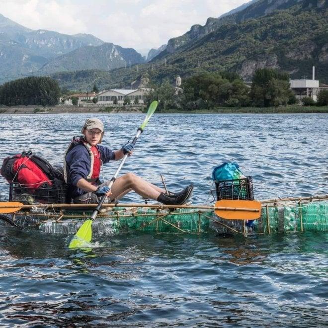 Sul fiume con la barca di bottiglie di plastica: l'impresa per sensibilizzare al rispetto dell'ambiente