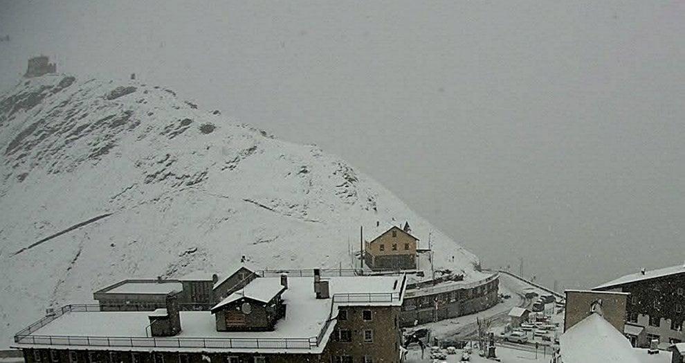 L'estate è finita: la prima neve imbianca le cime in Valtellina e nel Bresciano