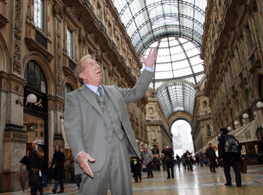 Mike Bongiorno, dieci anni fa i funerali in Duomo del re della tv: il fotoracconto della sua Milano